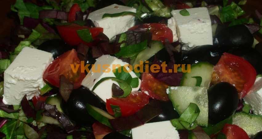 Салат с рукколой, помидорами черри и сыром по-гречески